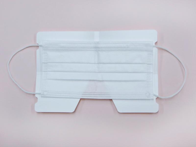①このように開いた状態で、マスクの内側を上にして置きます。